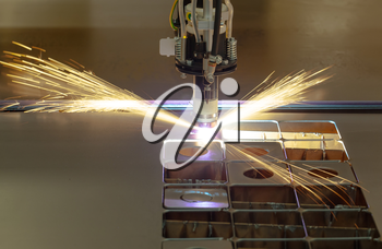 Plasma cutting process of metal material with sparks