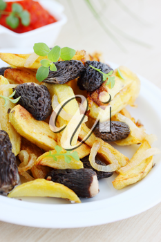 Fried potatoes with thyme, arugula and mushrooms