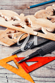 Manually sawn figured wood products and files for wood processing