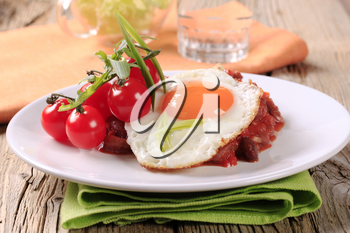 Red beans with fried egg and tomatoes