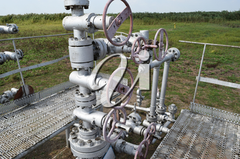 Equipment of an oil well. Shutoff valves and service equipment.
